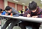 みんな真剣なまなざしで取り組んでいます。授業でやったことを思い出して、しっかり解いています。