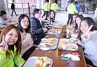 お待ちかねの昼食タイムは、おかわりする 生徒が続出。 みんなお腹へっていたんだな?。