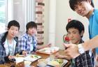 野菜も食べ野菜(なさい)!なんちゃって・・・いつもいじられキャラのひーくんも生徒さんと仲良くパシャリ☆