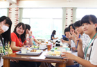 ご飯中も女子トークに花が咲きます♪最初は緊張していたけど、すぐに新しい友達ができたね!